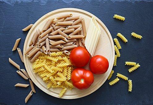 macarrones con tomate y albahaca